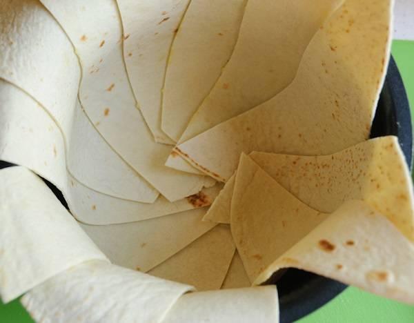 10. Примерно вот так должна выглядеть форма, устеленная лавашем.