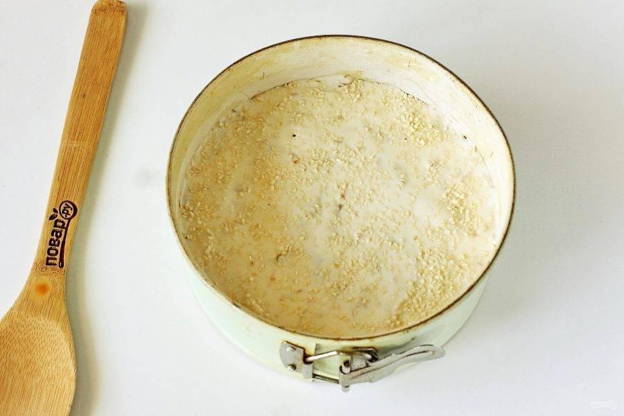 Вылейте оставшееся тесто и посыпьте верх кунжутом.