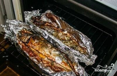 4.Заверните каждую рыбину в фольгу, закрепив концы, и запекайте при 200 градусах около 40-45 минут. Скумбрия в духовке с лимоном готова!