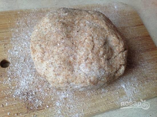 Замешиваем мягкое тесто, которое не должно липнуть к рукам. Заматываем тесто в пищевую пленку и оставим минут на 30.