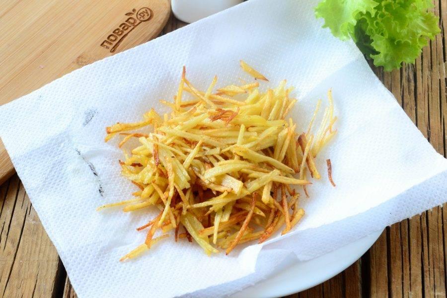 Готовый картофель выложите на бумажные полотенца. Отправляйте жариться следующую партию.