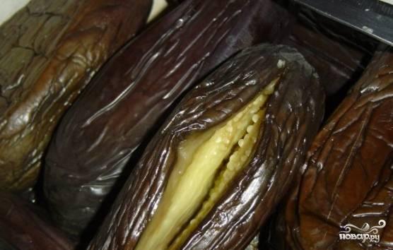 После сделайте глубокие надрезы вдоль плодов для начинки.