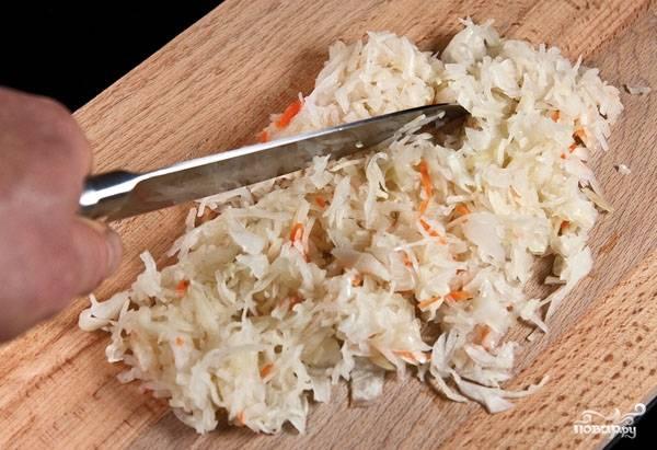 8. Кислую капусту нарезаем и отправляем в бульон, когда картофель сварится. Картофелю нужно хорошо развариться. Когда бульон после введения капусты закипит, добавляем наш соус и варим еще около 5-7 минут на слабом огне.