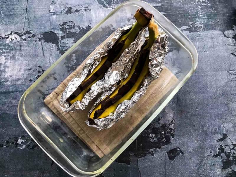 Оберните бананы фольгой, выложите в жаропрочную форму и отправьте в предварительно разогретую духовку до 200 градусов на 15 минут.