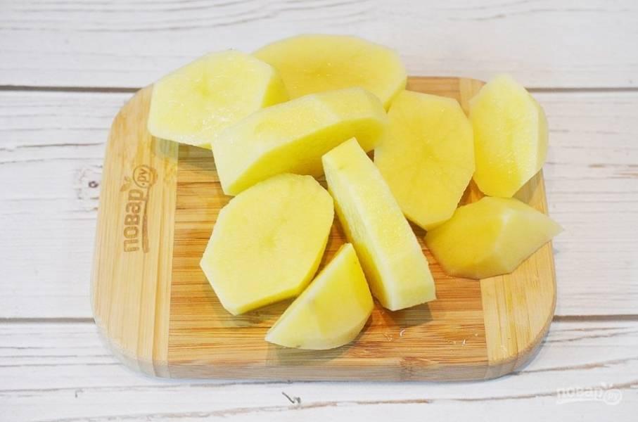 3. Картофель почистите и нарежьте на дольки.