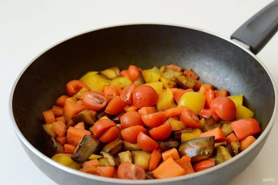 Затем добавьте порезанные пополам помидоры черри. Тушите овощи еще 6-8 минут. Снимите с плиты и дайте постоять 5-10 минут.