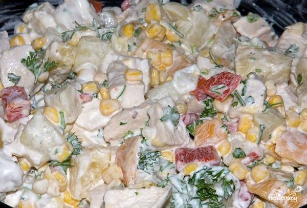 11. Тщательно перемешайте — и салат куриный с ананасами в домашних условиях можно подавать к столу.