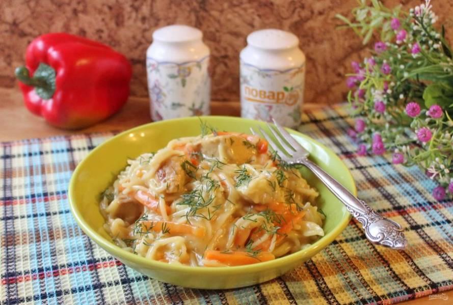 Плов из вермишели готов. Подавайте на обед с овощами и соленьями.