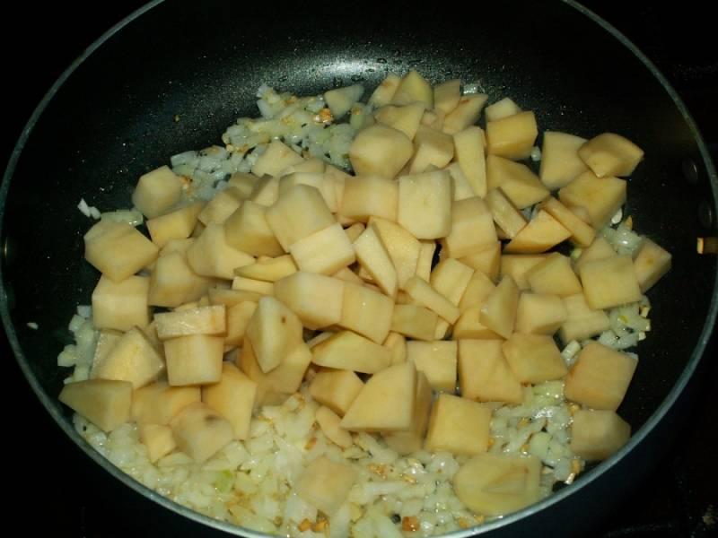 3. Шинкуем кубиками картофель и измельчаем лук. Отправляем на сковороду также обжариваем.