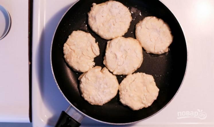 6.Разогрейте сковороду с растительным маслом и выложите оладьи, обжаривайте с каждой стороны по несколько минут.