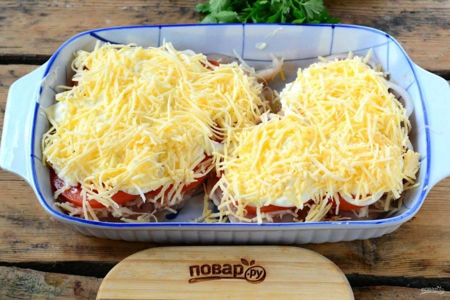 В конце обильно присыпьте все натертым на мелкой терке сыром и отправьте в духовку на 30-35 минут (температура — 180 градусов). Запекайте, пока грудка и картофель не будут полностью готовыми.