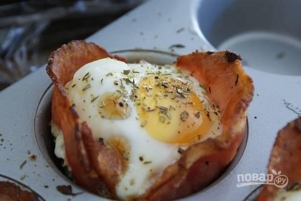8. Подавайте к столу маффины с беконом и яйцом горячими. Приятного аппетита!