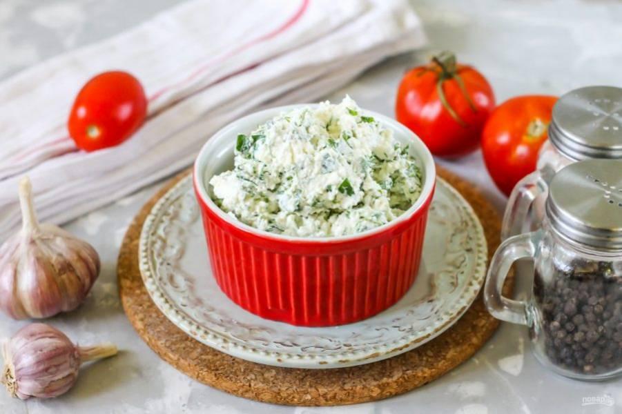 Выложите творожный сыр с зеленью в пиалы, поместите в холодильник на 1 час, чтобы масса загустела. Спустя указанное время творожный сыр с зеленью можно выкладывать на ломтики хлеба, на блины или другую несладкую выпечку, подавая с ароматным чаем или кофе к завтраку.