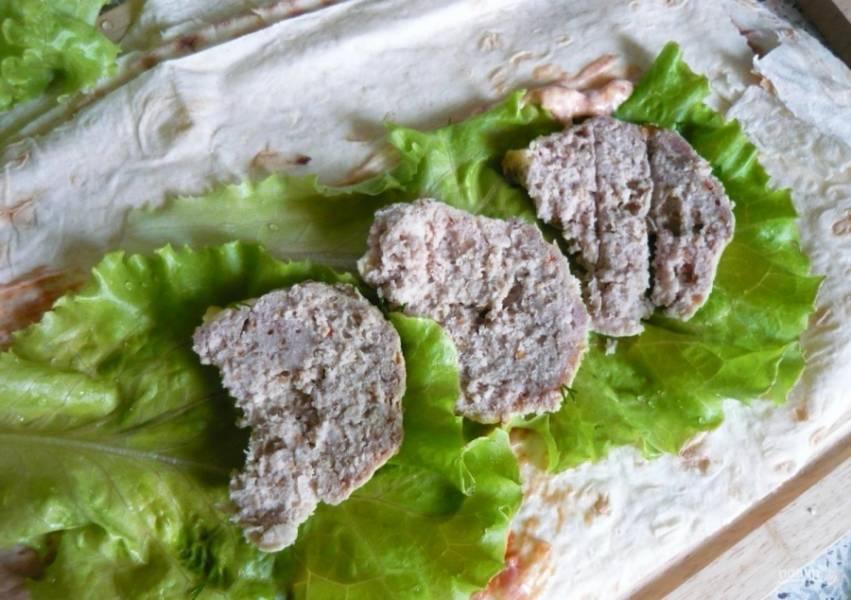 3.Куриные котлеты нарезаю кусочками и кладу на салатные листья.