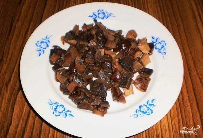 Отваренные грибы порежьте мелко.