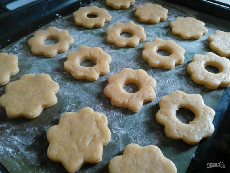 Разместите печеньки на подготовленном противне, оставляя между ними небольшое расстояние.