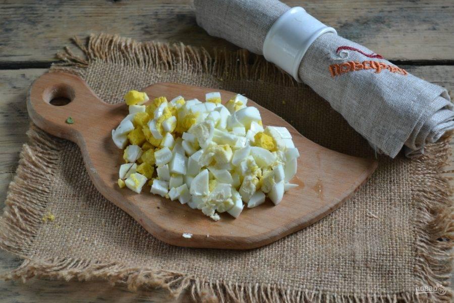 Яйца порежьте мелко и бросьте в суп. Готовьте еще минут 10, чтобы все ингредиенты обменялись ароматами и суп стал единым целым.