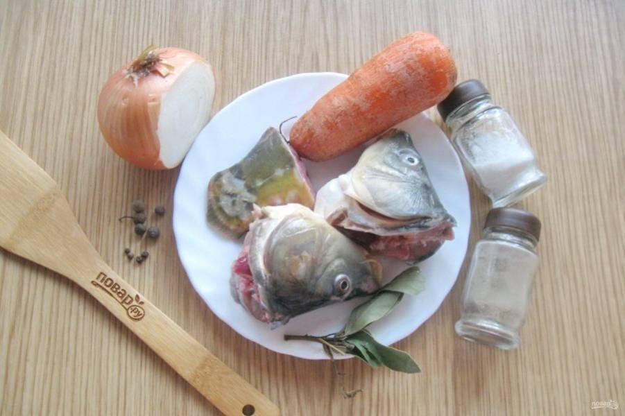 Подготовьте ингредиенты для приготовления рыбного бульона.