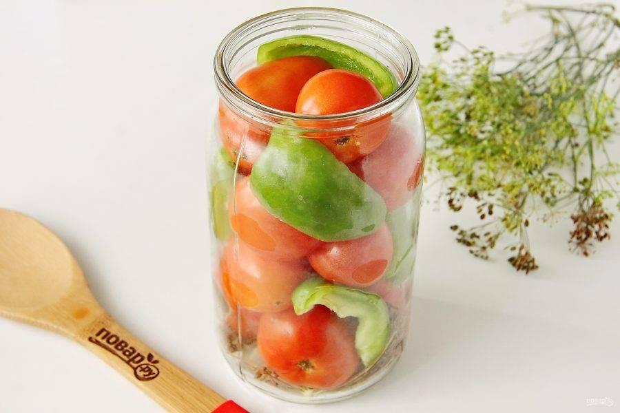 В банку плотно уложите помидоры, добавив нарезанный на 3-4 части болгарский перец, предварительно очищенный от семян и перегородок.