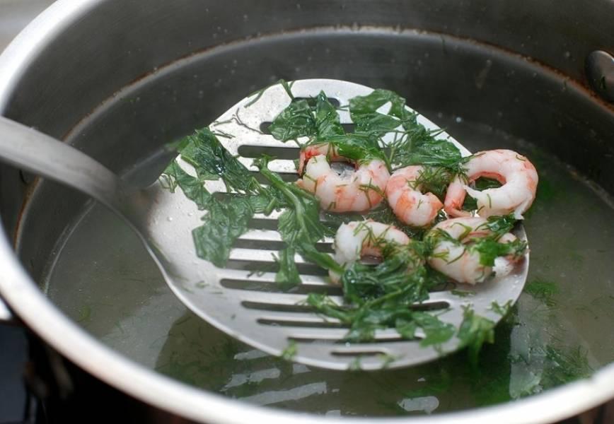 6. Из бульона нужно очень аккуратно достать кусочки рыбы, чтобы они остались целыми. Вместо них выложить измельченную зелень и креветки.