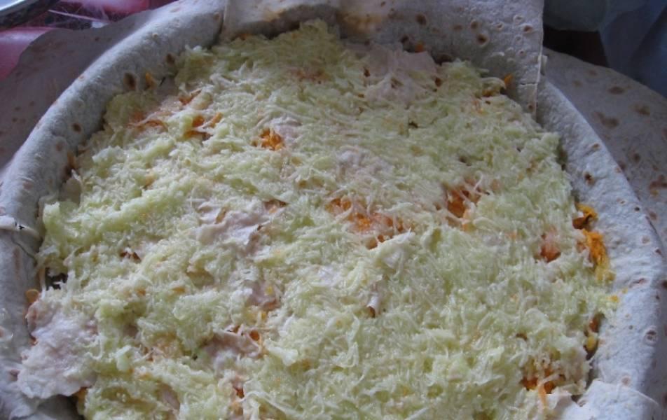 3. Затем измельчим лук и морковь, обжарим на растительном масле и выложим поверх лаваша. Кабачок трем на мелкой терке, отжимаем руками от сока, и пюре выкладываем сверху. Жарить не надо. Специи - на ваше усмотрение.