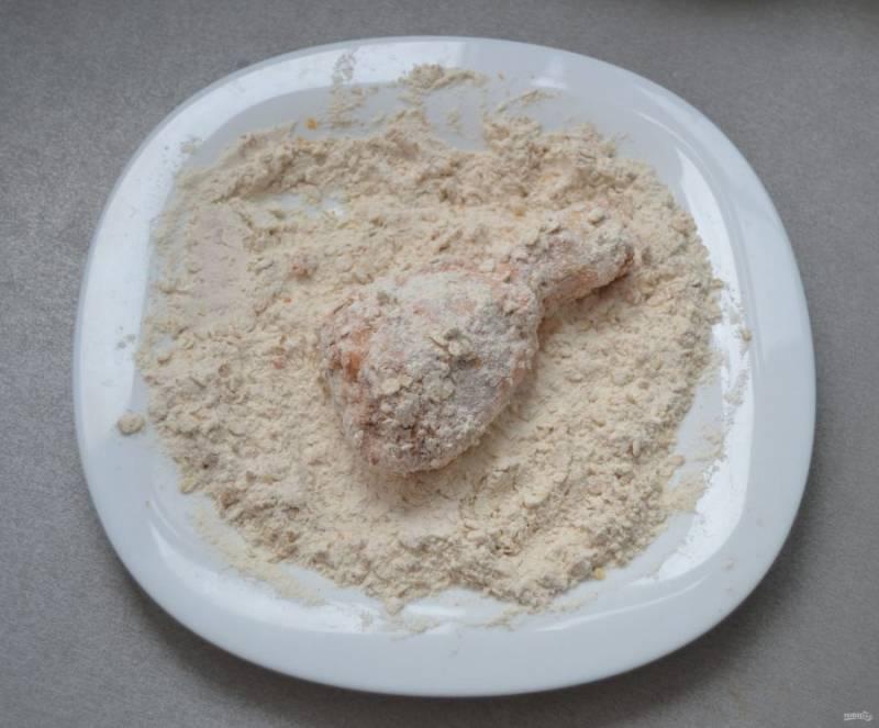 Обваляйте куриную голень сначала в сухой смеси.
