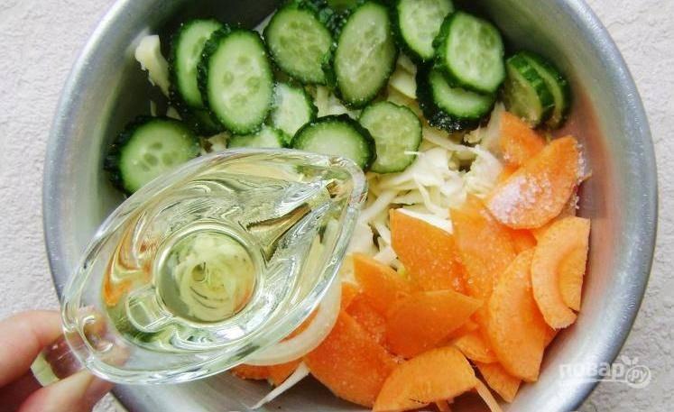 Влейте к овощам масло.