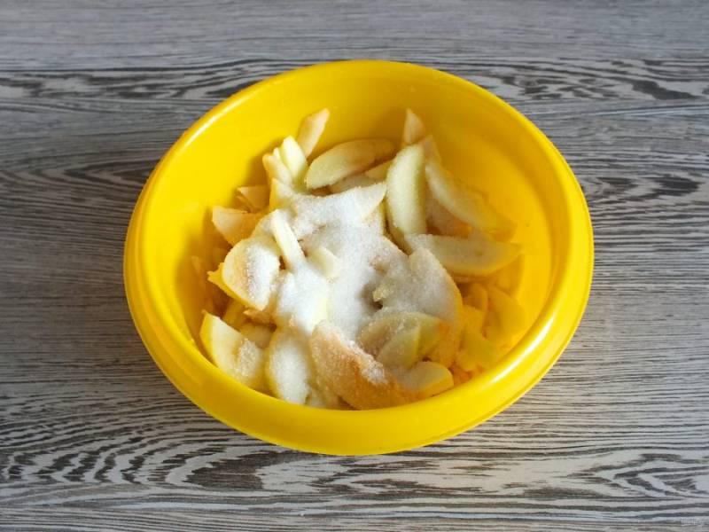Пока подходит тесто, подготовьте яблочную начинку. Яблоки очистите от кожуры и нарежьте тонкими пластинками. Переложите в чашу, добавьте сок лимона, сахар и перемешайте.