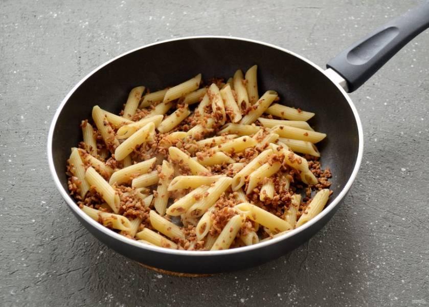 Соедините макароны и соевый фарш вместе, обжарьте ещё 5 минут.