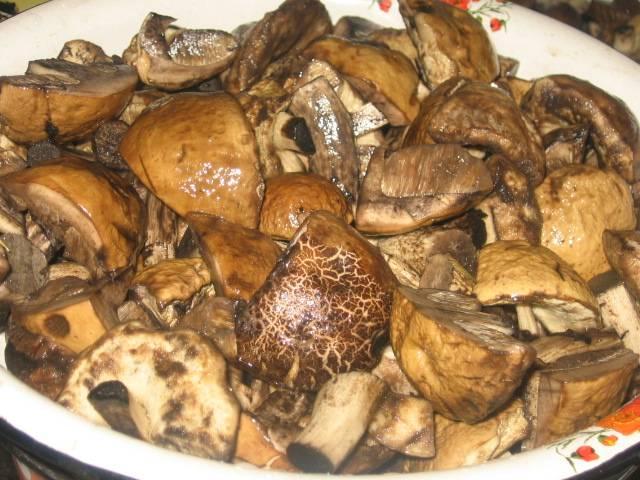 2. Теперь дайте им немного остыть и можно жарить на растительном масле. Когда испарится вся жидкость, добавьте лук и доведите до готовности. Не забудьте по вкусу поперчить.