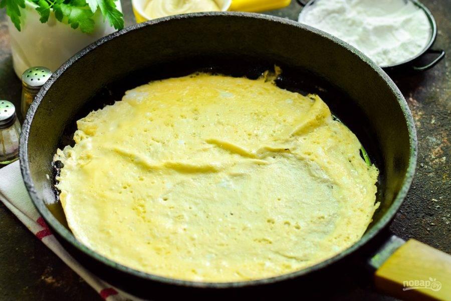 После прогрейте сковороду, смажьте маслом, влейте яичную смесь и жарьте блинчик пару минут.