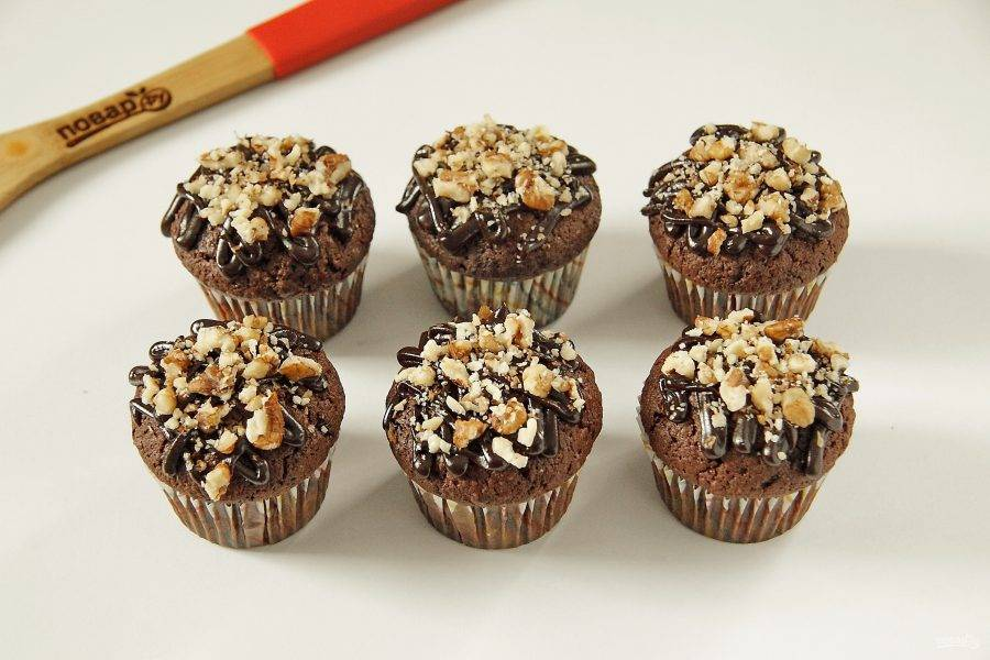 Украшаем кексы по вкусу. Я украсила шоколадной глазурью и измельченными орешками.