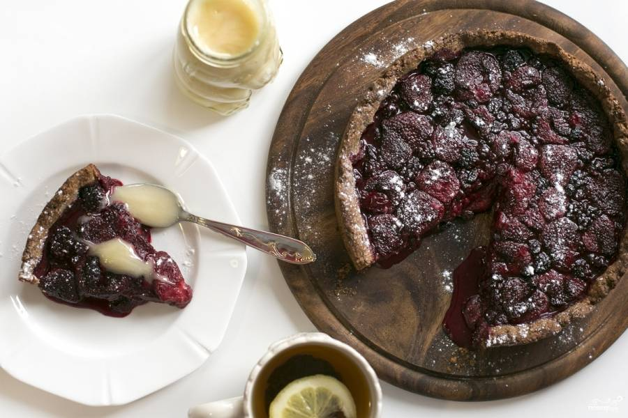 Отправьте в разогретую до 170 градусов духовку на 55 минут. Готовый пирог можете подавать с медом, если он покажется вам слишком кислым.