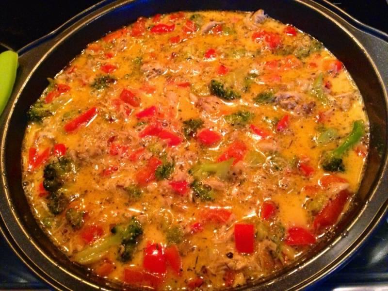 """Залить овощи яичной массой. Выпекать 15 минут (или в мультиварке в режиме """"Выпечка/жарка"""" 20 - 25 минут)."""