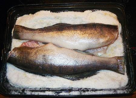 3. Выложить рыбу, удалив голову (можно оставить ее для красоты, но солью покрывать необязательно).