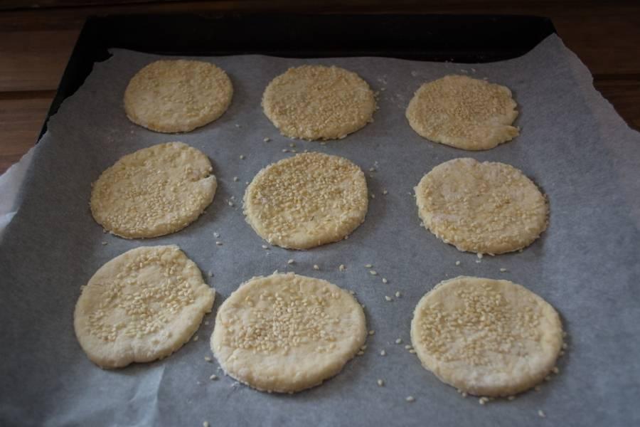 Стаканом вырежьте из теста кружки. Уложите их на противень. Разогрейте духовку до 200 градусов и выпекайте печенье в духовке 15 минут.