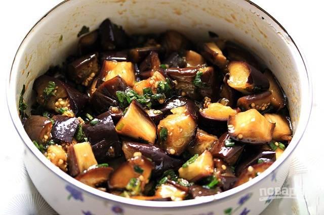 Выложите нарезанные баклажаны в мисочку, залейте их маринадом. Аккуратно все перемешайте. Можно сразу подавать к столу, а можно убрать в холодильник на сутки, чтобы овощи хорошенько промариновались.