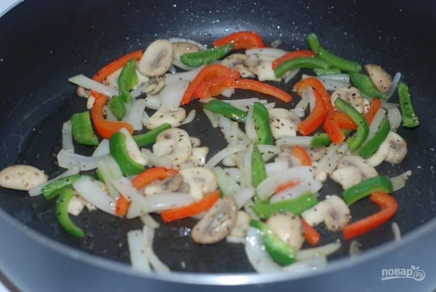 2. На другой сковороде потушите нарезанные дольками грибы, перец болгарский и лук.