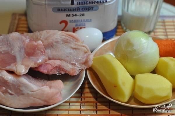 1. Вот такой весьма скромный набор ингредиентов вам потребуется, чтобы повторить этот простой рецепт супа куриного с клецками на вашей кухне. Для начала необходимо сварить бульон. Для этого вымойте курочку, отправьте её в кастрюлю с водой и поставьте вариться до мягкости. При желании в бульон можно добавить овощи, коренья, специи.