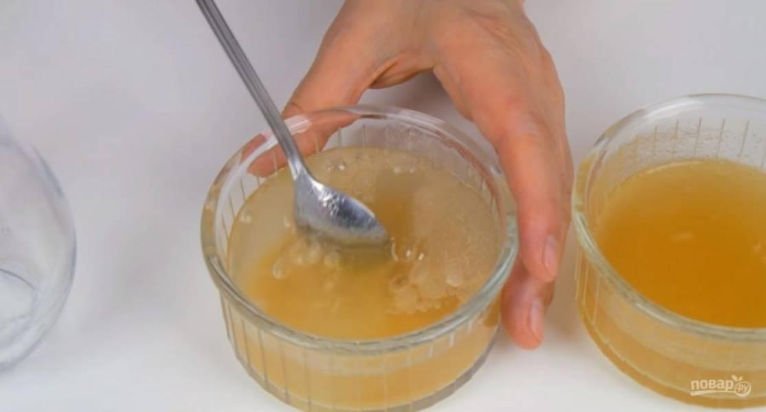 1. Большую и меньшую порции желатина в двух разных емкостях залейте холодной кипяченой водой. Перемешайте и оставьте для набухания. На блюдо установите кольцо диаметром 24 см и выстелите изнутри ацетатной пленкой.