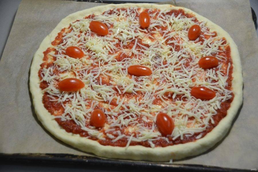 Выложите нарезанные на половинки помидорки черри.