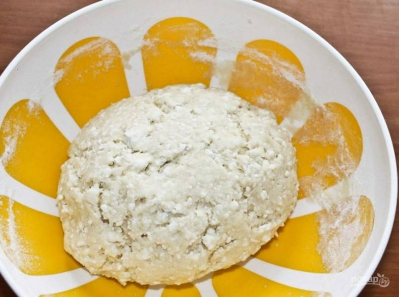 5. Замесите тесто и оставьте его в холодильнике на 15 минут.