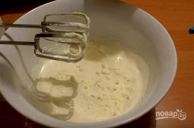 7. В сметану добавьте сахар, взбейте крем миксером. Для цвета добавьте ложку варенья. Затем для вкуса добавьте пару ложек сухого молока, взбейте, а в конце добавьте загуститель для сливок и перемешайте. Поставьте на 10 минут в холодильник.