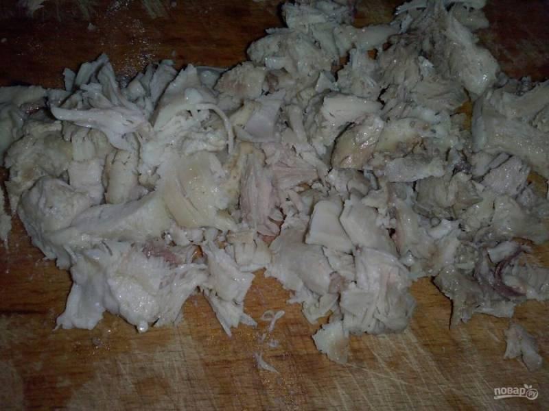 4. Пока остывают грибы и омлет, я нарезаю мелко курочку. Можно брать любую часть птицы по вашему вкусу.