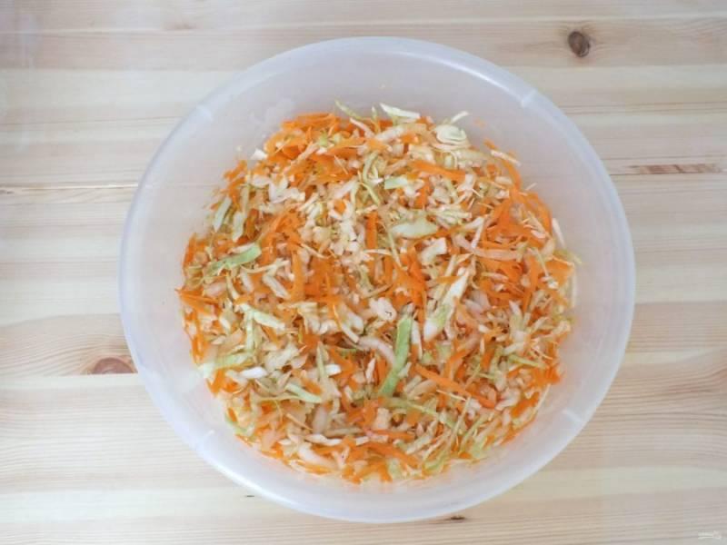 Перетрите овощи руками, до появления сока.