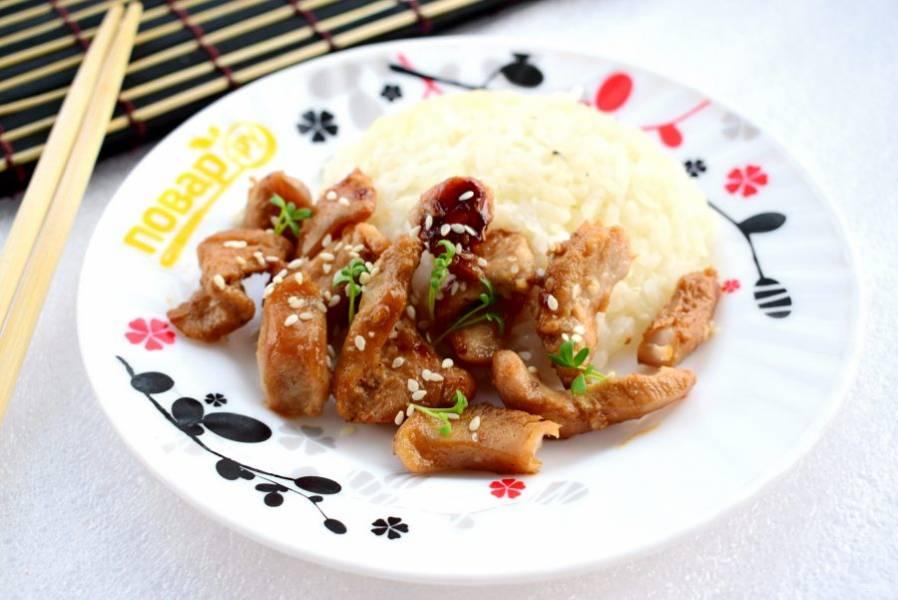 Готовое блюдо посыпьте кунжутом. Подавайте с рисом и свежей зеленью. Приятного аппетита!