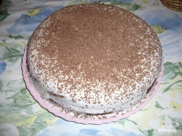 7.Смазываем  кремом каждую половину и складываем коржи вместе. Оставшимся кремом обмазываем торт по бокам и сверху. Можно украсить его на свое усмотрение, например, шоколадной стружкой. Торт «Негр в пене» готов! Перед подачей на стол следует дать торту пропитаться. Приятного аппетита!