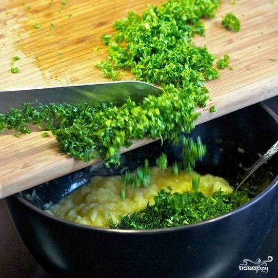 Свежую зелень мелко рубим и тоже добавляем в кабачковое тесто.