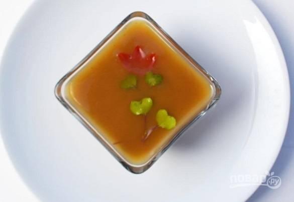 9. Добавьте украшения, уберите в холодильник до полного застывания.  Новогодний паштет с желе — отличная идея для разнообразия традиционного меню.