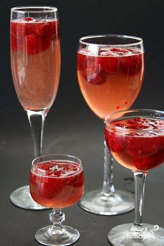 3. Разлить малину поровну между стеклянными фужерами, пользуясь ложкой. Разлить смесь шампанского и желатина поровну в фужеры, заливая в каждый примерно ¾ чашки. Охладить желе до готовности около 3 часов. Желе может быть приготовлено заранее за 2 дня, накрыто крышкой и храниться в холодильнике.